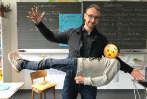 Wenn Kinder im Klassenzimmer schweben. Zauberer lässt Kind schweben.