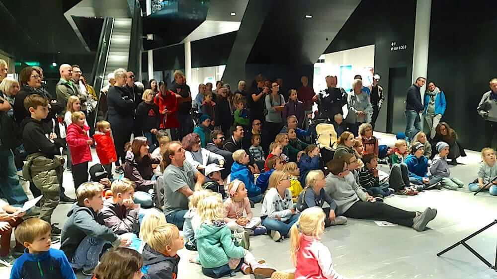 Gespannte Zuschauer bei einer Zaubershow von Armand Kurath beim Zauberfestival in Stenna Flims