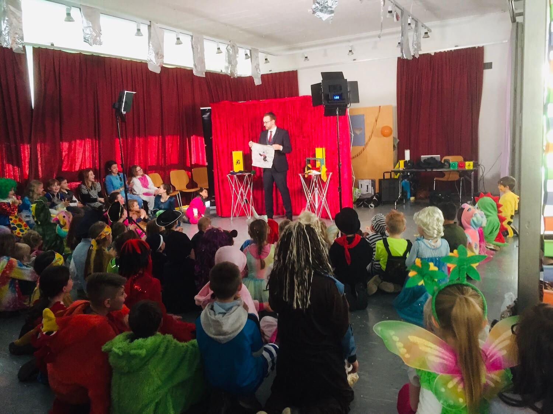 Kinderfasnacht Zauberer Armand Kurath bei seiner Zaubershow für Kinder an der Kinder Fasnacht.